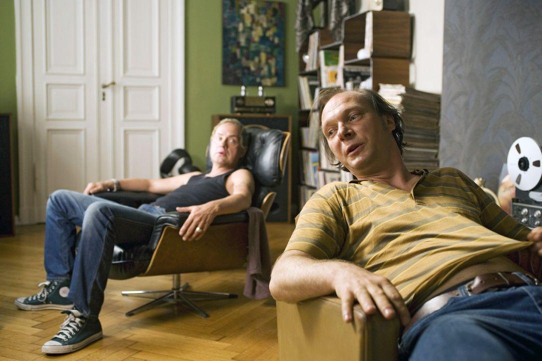 Carlo (Uwe Ochsenknecht, l.) und Michi (Martin Brambach, r.) träumen davon, mit ihrer alten Band auf der Bühne zu stehen ... - Bildquelle: Gordon Mühle Sat.1