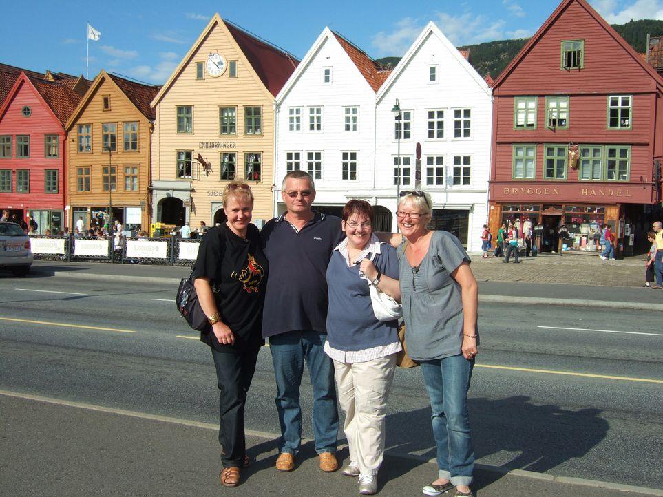 Norwegen ist schön, aber auch sehr einsam. Deshalb hat sich der Berliner Karl-Heinz Wills (2.v.l.), der seit zwei Jahren im hohen Norden lebt drei F... - Bildquelle: kabel eins