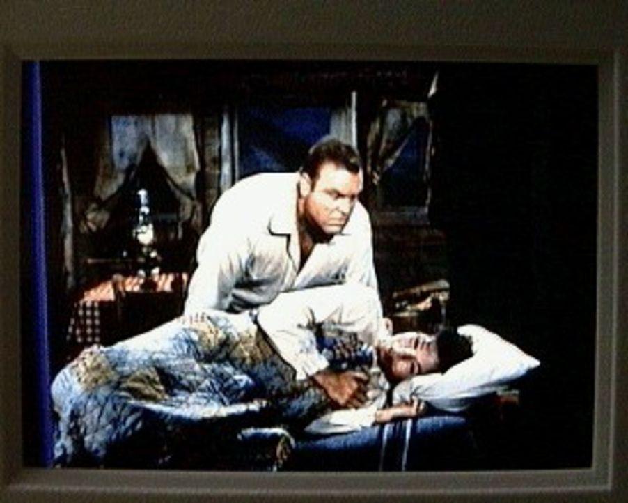 Hoss (Dan Blocker, l.) kümmert sich um die hochschwangere Prudence (Kathryn Hays, r.). Sie ist die Frau seines Geschäftspartners Lafe, der einsam au... - Bildquelle: Paramount Pictures