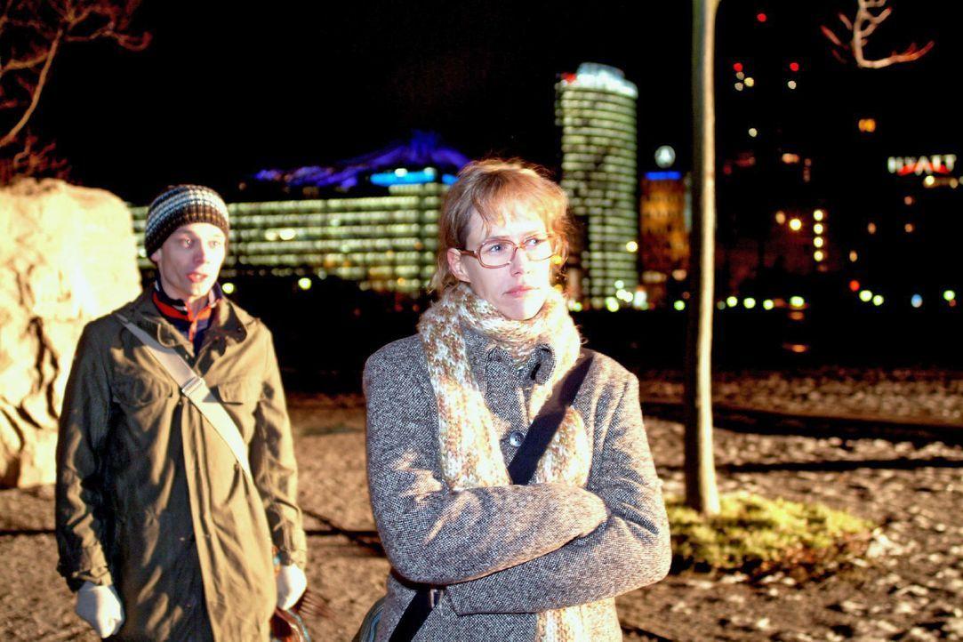 Jürgen (Oliver Bokern, l.) begreift, dass er Lisa (Alexandra Neldel, r.) mit seiner Offenheit extrem verletzt hat. (Dieses Foto von Alexandra Neldel... - Bildquelle: Monika Schürle Sat.1