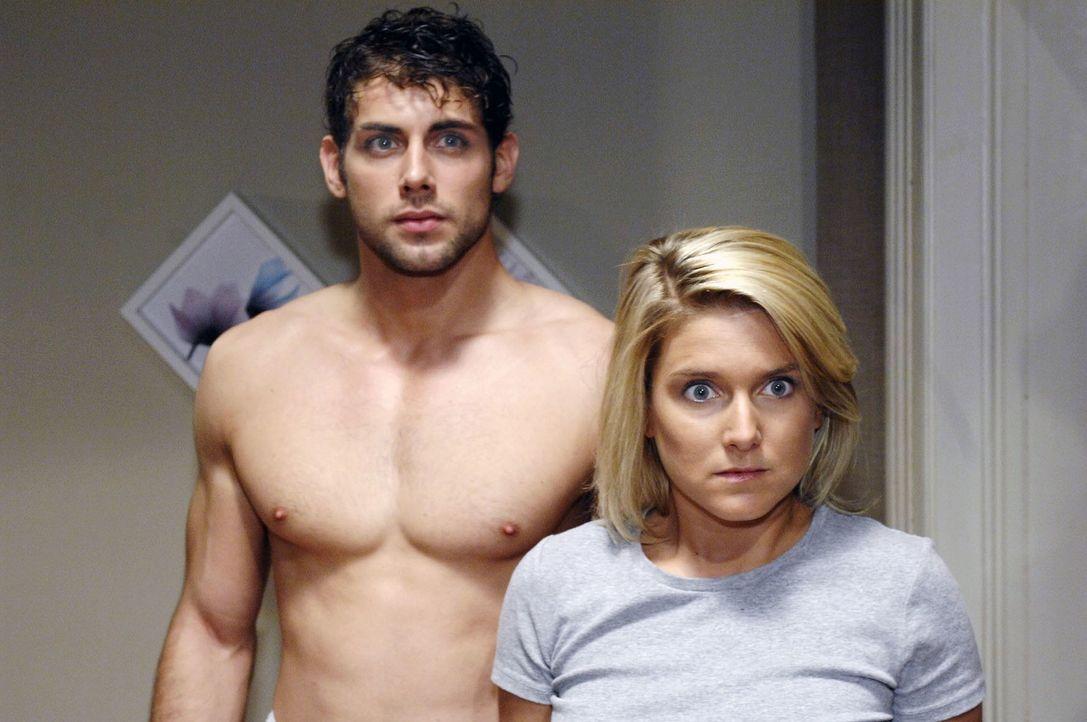 Jonas (Roy Peter Link, l.) und Anna (Jeanette Biedermann, r.)  blicken geschockt zur Tür, als plötzlich Lars auftaucht ... - Bildquelle: Oliver Ziebe Sat.1
