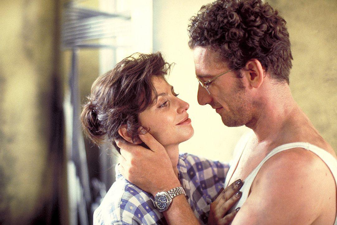 Eines Tages begegnet Paula (Marijam Agischewa, l.) dem charmanten Stefan (Heio von Stetten, r.). Bereits nach kurzer Zeit verliebt sie sich in ihn ... - Bildquelle: Flemming ProSieben