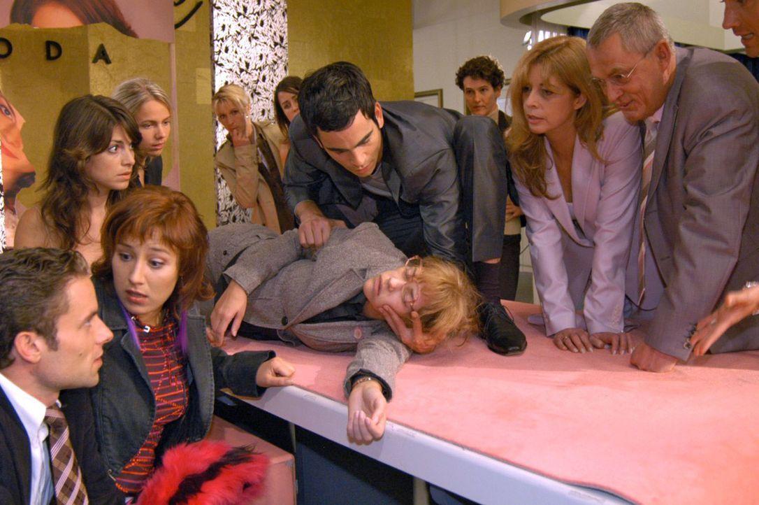 Lisa ist zum Entsetzen aller zusammengebrochen. v.l.n.r.: Max (Alexander Sternberg), Yvonne (Bärbel Schleker), Mariella (Bianca Hein), Lisa (Alexand... - Bildquelle: Noreen Flynn Sat.1