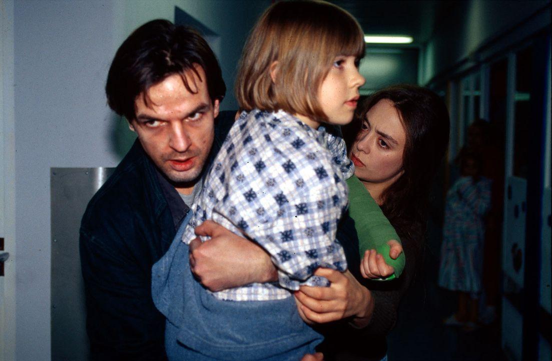 Michael Feinberg (Armin Marewski, l.), der Vater der kleinen Sabrina (Henriette Hübschmann, M.), ist heroinsüchtig und nimmt sein schwer krankes Kin... - Bildquelle: Norbert Kuhroeber Sat.1