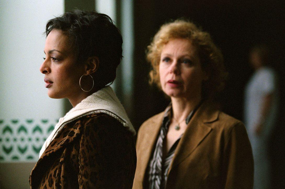 Annabel (Dennenesch Zoudé, l.) wartet mit Teresa Fischer (Renate Krößner, r.), bei der sie nach dem Tod ihrer Mutter aufwuchs, darauf, ihren Vater b... - Bildquelle: Thomas Kost Sat.1