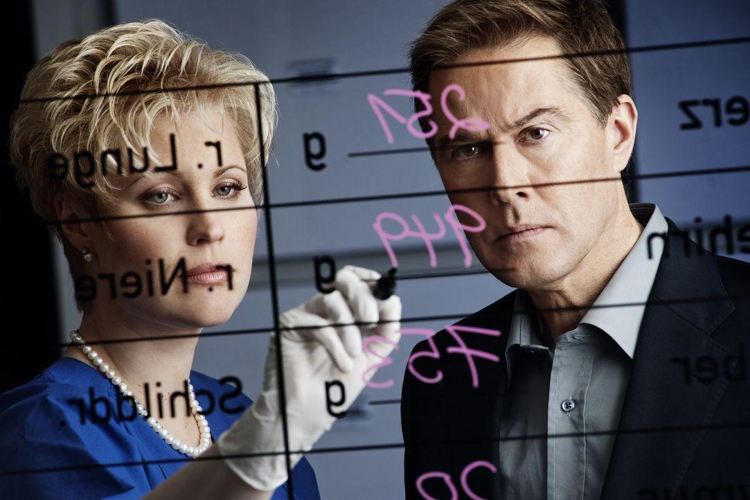 Untersuchen Kriminalfälle, die bewegen: Dr. Saskia Guddat (l.) und Ulrich Meyer (r.) ... - Bildquelle: Arne Weychardt SAT.1