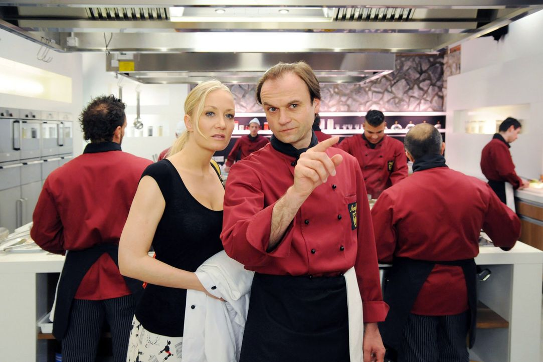 Regina (Janine Kunze, l.) ist auf der Suche nach Marcello, als sie von dem Koch Matthias (Stefan Mehren, r.) weggeschickt wird. - Bildquelle: Aki Pfeiffer Sat.1