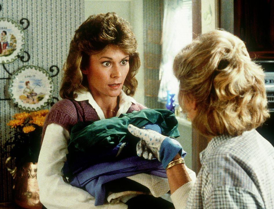 Amanda (Kate Jackson, l.) schiebt einen Wohltätigkeitsbasar vor, um ihrer Mutter (Beverly Garland, r.) ihre neue Geheimdiensttätigkeit zu verschweig... - Bildquelle: CBS Television