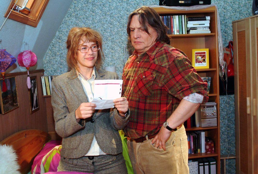 Dank Bernd (Volker Herold, r.) versteht Lisa (Alexandra Neldel, l.), was Davids Zeichen zu bedeuten hat ... (Dieses Foto von Alexandra Neldel darf n... - Bildquelle: Monika Schürle Sat.1