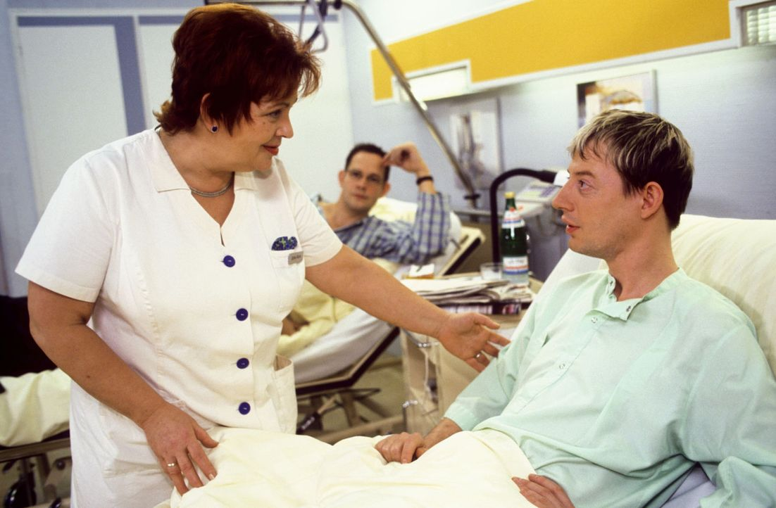 Schwester Klara (Walfriede Schmitt, l.) glaubt in dem Patienten Edgar (Luc Feit, r.) den Krankenhausspion gefunden zu haben, der im Auftrag einer gr... - Bildquelle: Noreen Flynn Sat.1