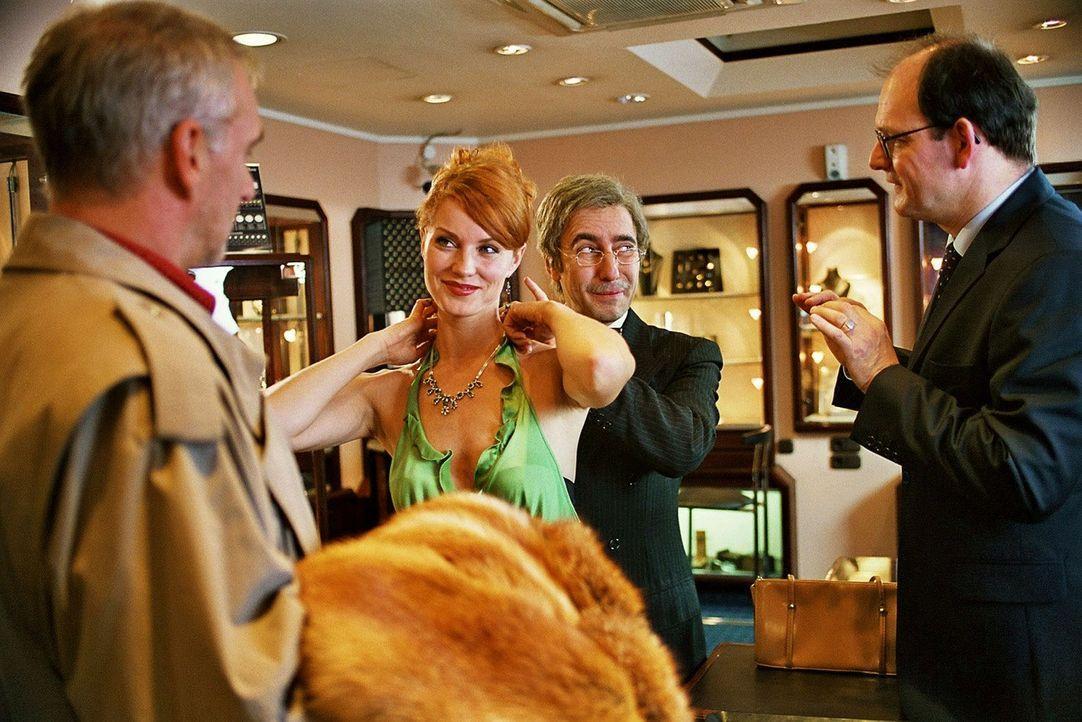Sandra (Esther Schweins, 2.v.l.) und René (Dieter Landuris, 2.v.r.) wollen bei Kommissar Breuer (Gerhard Naujoks, l.) die Diamanten tauschen. - Bildquelle: Jacqueline Krause-Burberg Sat.1