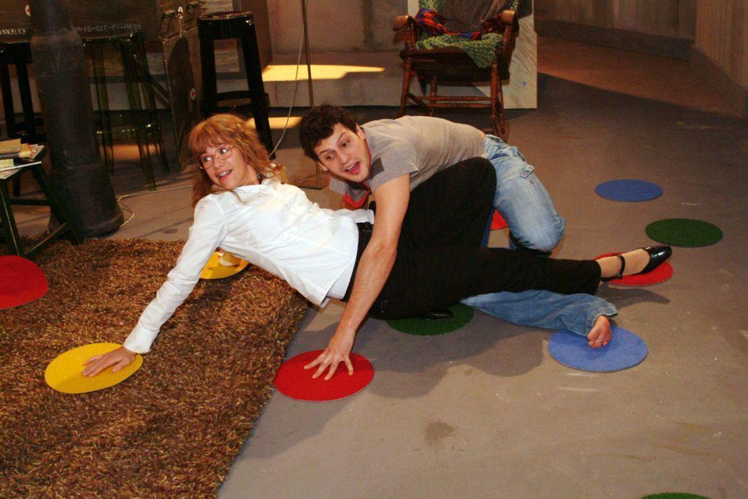Der Abend bei Rokko (Manuel Cortez, r.) verläuft sehr lustig - und Lisa (Alexandra Neldel, l.) kann das unverkrampfte Zusammensein genießen. (Dieses... - Bildquelle: Monika Schürle Sat.1