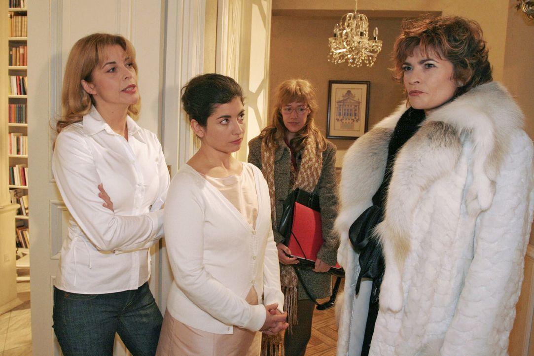 Lisa (Alexandra Neldel, 2.v.r.), die David geschäftlich sprechen möchte, bekommt mit, wie Laura (Olivia Pascal, l.) und Haushälterin Gabriele (Claud... - Bildquelle: Noreen Flynn Sat.1