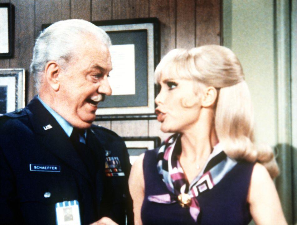 Onkel Azmire hat sich in General Schaeffer (Vinton Hayworth, l.) verwandelt, um Tony vor seiner Hochzeit mit Jeannie (Barbara Eden, r.) zu prüfen. - Bildquelle: Columbia Pictures