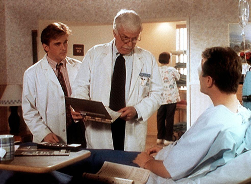 Jesse (Charlie Schlatter, l.) und Mark (Dick Van Dyke, M.) haben einige Laborergebnisse erhalten, die mit dem tatsächlichen Zustand des Patienten Da... - Bildquelle: Viacom