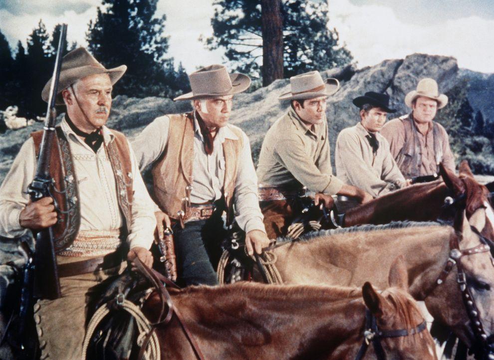 (v.l.n.r.) José, Ben Cartwright (Lorne Greene) und seine Söhne Adam (Pernell Roberts), Little Joe (Michael Landon) und Hoss (Dan Blocker) entdecken... - Bildquelle: Paramount Pictures