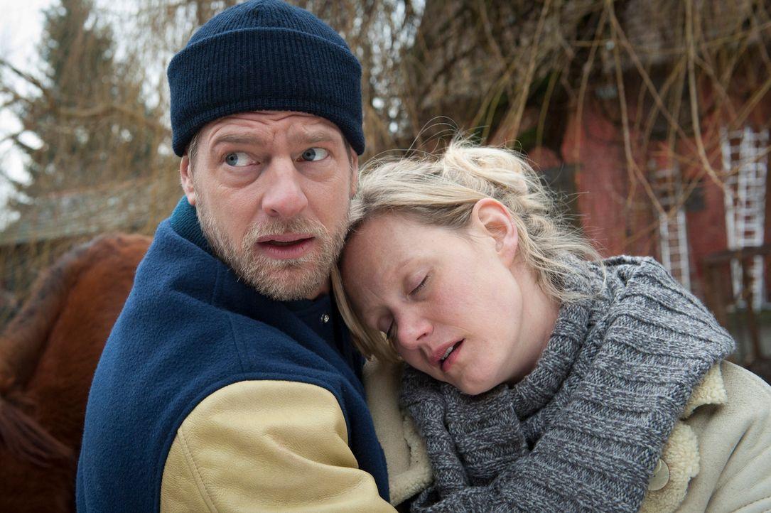 Kaum teilt Mick (Henning Baum, l.) Carmen Wieder (Anna Schudt, r.) mit, dass ihr Freund tot ist, da bricht die junge Frau auch schon zusammen. Für d... - Bildquelle: Martin Rottenkolber SAT.1