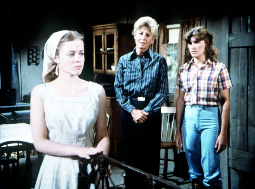 Wie ungebetene Gäste behandelt die junge Darcy Thatcher (Antoinette Stella, l.) in ihrem kleinen Farmhaus Olivia Walton (Michael Learned, M.) und de... - Bildquelle: WARNER BROS. INTERNATIONAL TELEVISION