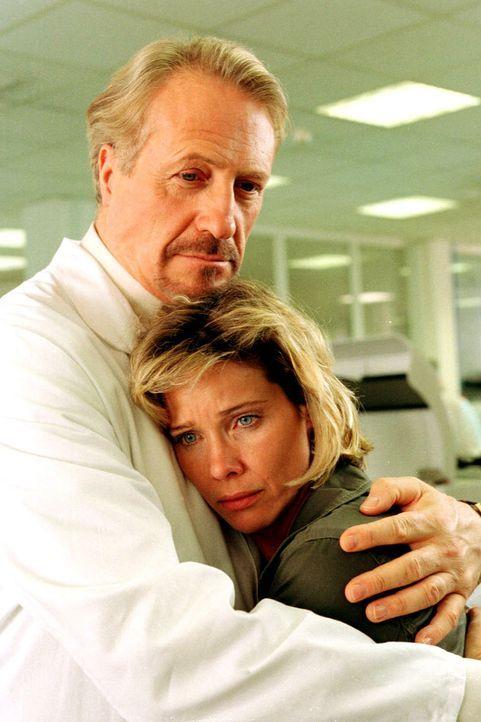 Sonja (Ann-Kathrin Kramer, r.) sucht Trost bei Werner Nielsen (Reiner Schöne, l.), dem Chef des Virus-Labors ASL. - Bildquelle: Diane Krüger Sat.1
