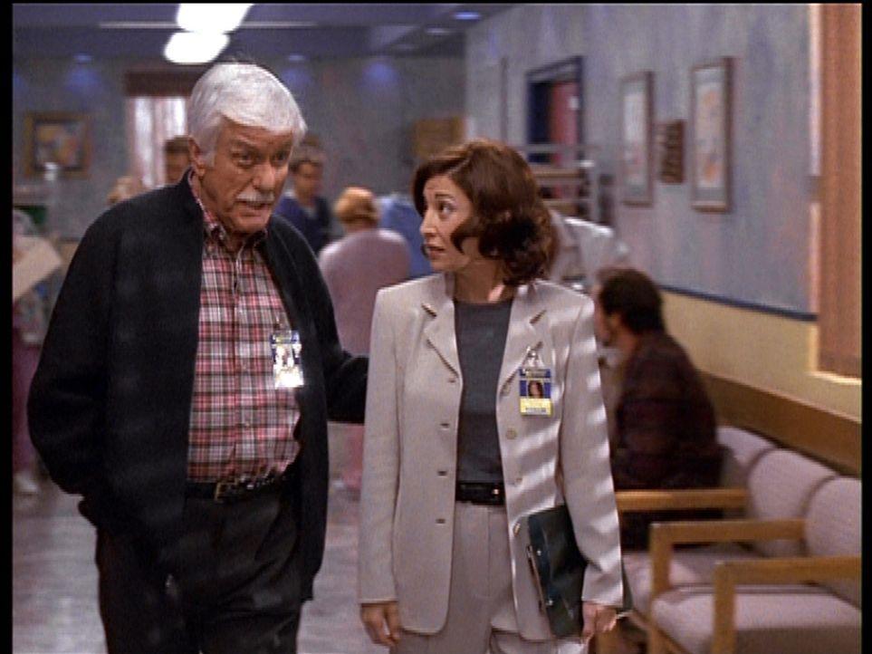 Nach dem Mord an einem Mitglied der Therapiegruppe befragt Mark (Dick Van Dyke, l.) die Therapeutin Carla. - Bildquelle: Viacom