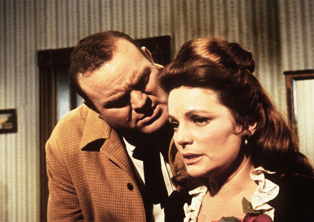 Hoss (Dan Blocker, l.) will Carol (Geraldine Brooks, r.) heiraten, obwohl sie ihren vorigen Mann erschossen hat. - Bildquelle: Paramount Pictures