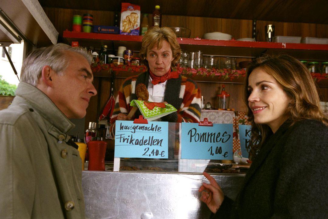 Frikadellenfreund Felix (Christoph M. Ohrt, l.) lässt sich von Sandra (Rebecca Immanuel, r.) als Versuchskaninchen einspannen und testet die fleisch... - Bildquelle: Hardy Spitz Sat.1