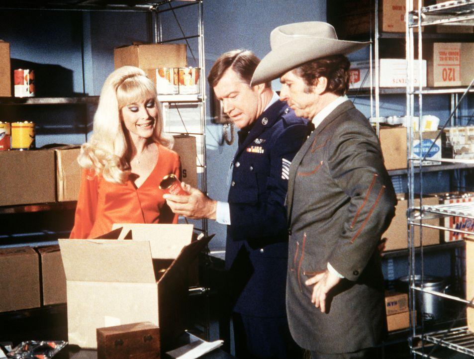 Jeannie (Barbara Eden, l.) hat das Chili-Gericht von Arvel (Gabriel Dell, r.) auch in die Cafeteria der NASA gezaubert, wo der Küchen-Sergeant (Lew... - Bildquelle: Columbia Pictures