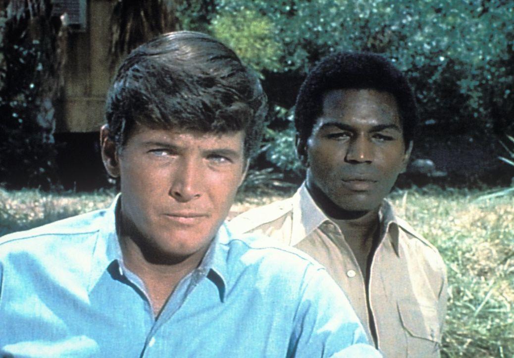 Der Amerikaner Jack Dane (Yale Summers, l.) und der Einheimische Mike Makula (Hari Rhodes, r.) kümmern sich nicht nur um die Tiere im Busch und auf... - Bildquelle: 2007 Warner Bros. All Rights Reserved.