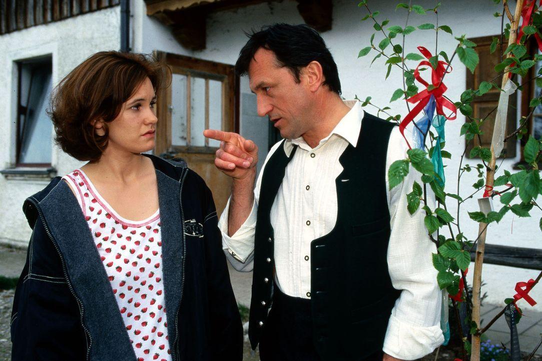 Julia Geisreiter (Kathy Lindner, l.) und Jakob Geisreiter (Johann Schuler, r.) streiten sich. - Bildquelle: Magdalena Mate Sat.1