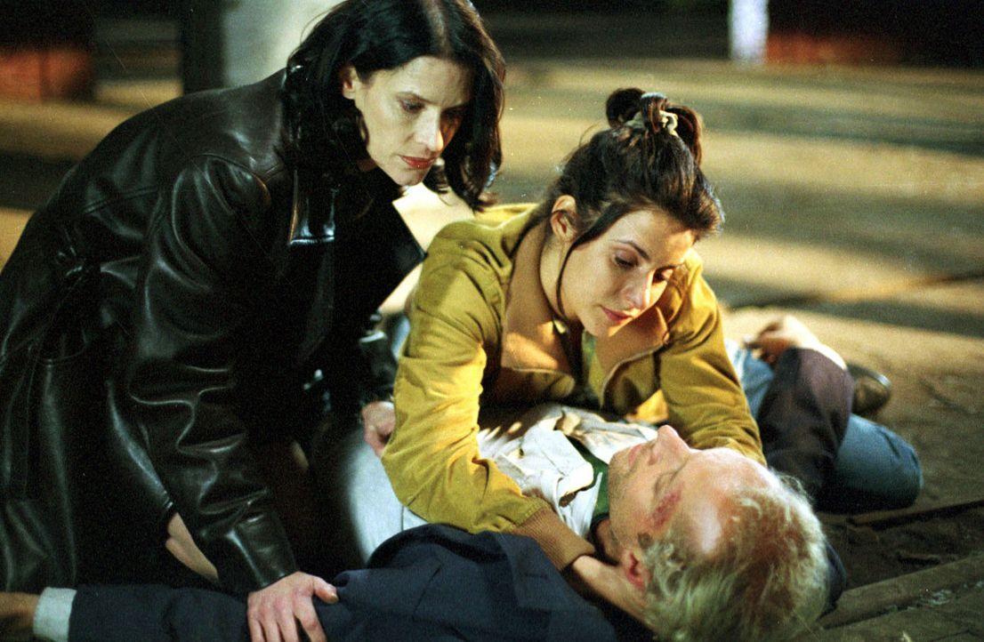 Um den schwer verletzten Daniel Rottländer (Jochen Horst, r.) kümmern sich Laura (Liane Forestieri, M.) und Kommissarin Clausen (Kristina van Eyck,... - Bildquelle: Ebling Sat.1