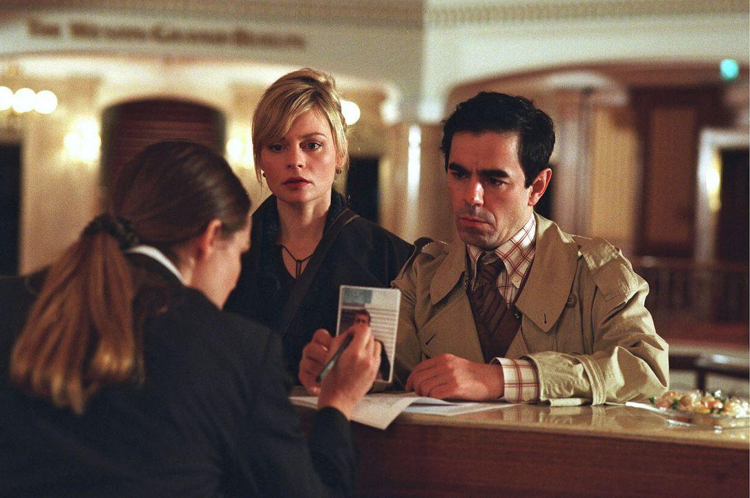 Hauptkommissar Edgar Eder (Oscar Ortega Sánchez, r.) und Lena (Susanna Simon, M.) suchen im Luxushotel nach Max und den angeblich von ihm gekidnappt... - Bildquelle: Stefan Erhard Sat.1