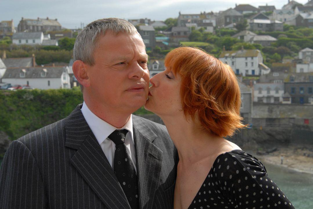 Eigentlich gefällt Doc Martin (Martin Clunes, l.) Kollegin Edith Montgomery (Lia Williams, r.) sehr - wäre da nicht die heimgekehrte Louisa ... - Bildquelle: BUFFALO PICTURES/ITV