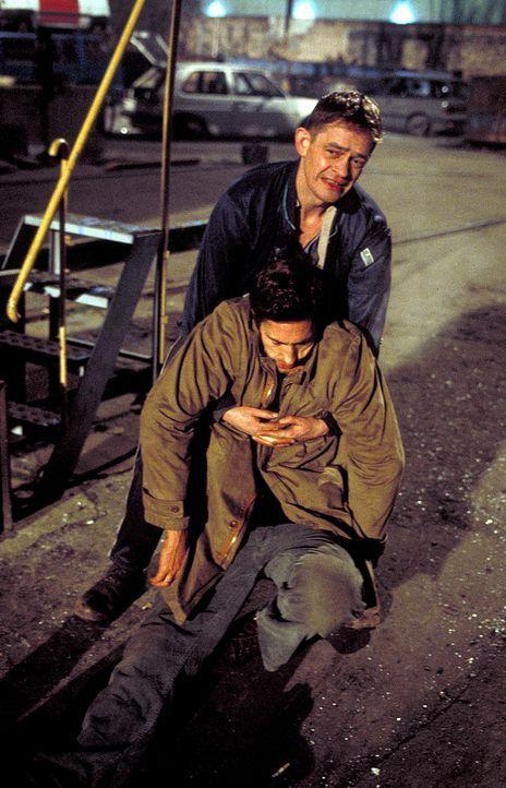 Daniel Neymann (Benjamin Sadler, unten) gerät in einen Hinterhalt Gorreschs (Henning Peker, hinten) ... - Bildquelle: Stephan Rabold ProSieben/Rabold