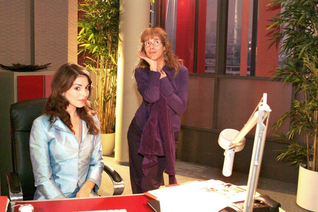 Lisa (Alexandra Neldel, r.) gibt alles, um Mariella (Bianca Hein, l.) davon zu überzeugen, für Kerima Moda zu modeln. (Dieses Foto von Alexandra Nel... - Bildquelle: Monika Schürle Sat.1