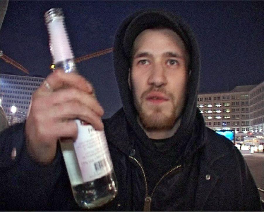 Kiffen, Saufen, Feiern - der Alltag von Chris. Seit 13 Jahren lebt der ehemalige Bundeswehrsoldat in Berlin auf der Straße. Geld hat er keins, das,... - Bildquelle: Sat.1