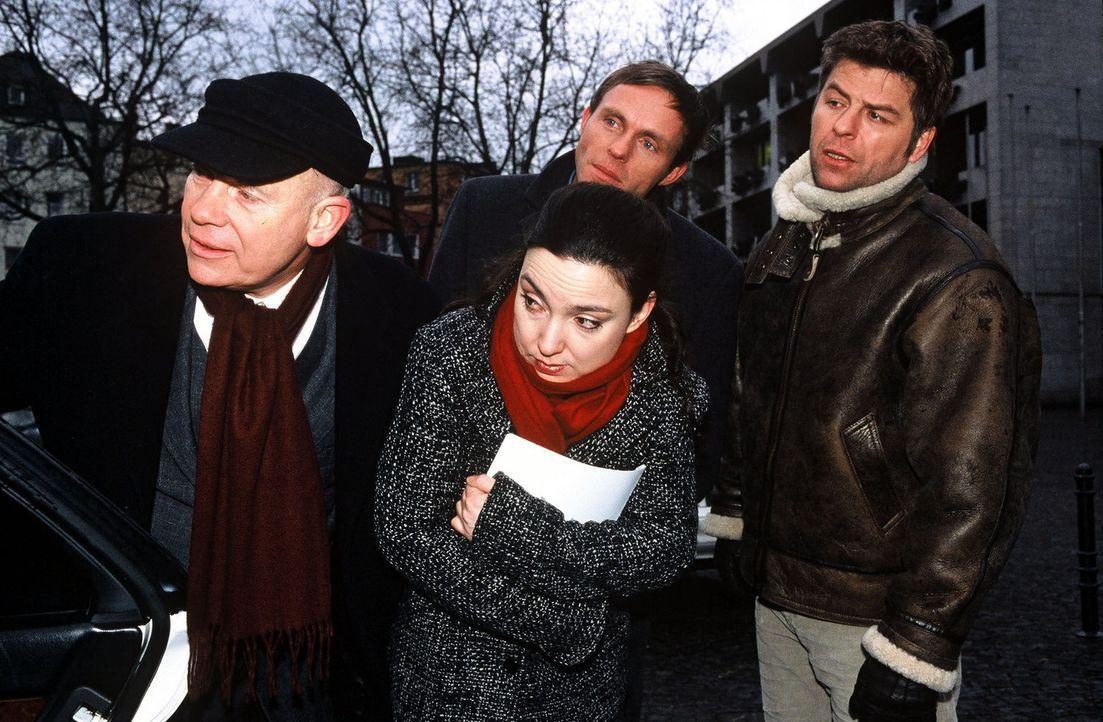 V.l.n.r.: Haupt (Christoph Quest), Falk (Dirk Martens), die Pathologin (Tatjana Clasing) und Jupp (Uwe Fellensiek) erhaschen einen letzten Blick von... - Bildquelle: Münstermann Sat.1