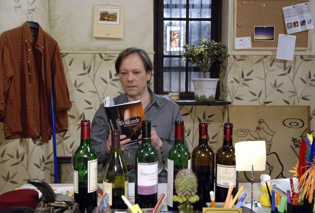Armin (Rainer Will) bereitet sich angestrengt auf den Wein-Verkaufswettbewerb vor. - Bildquelle: Claudius Pflug Sat.1