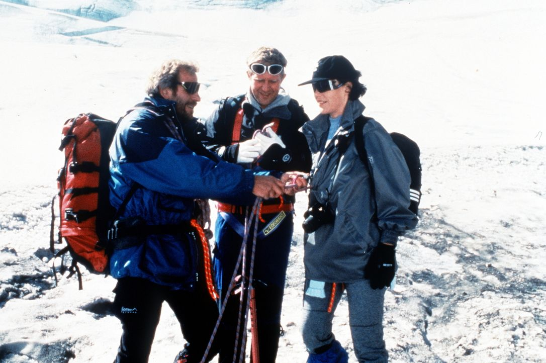 (v.l.n.r.) Luis (Hermann Giefer); Dr. Justus Hallstein (Harald Krassnitzer); Lisa Brunner (Janina Hartwig) - Bildquelle: Beta Film GmbH