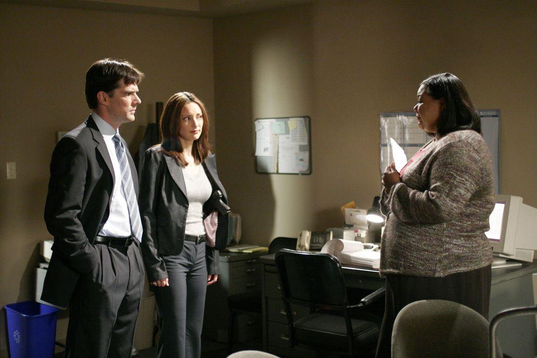 Agent Aaron Hotchner (Thomas Gibson, l.) und Agentin Elle Greenway (Lola Glaudini, M.) befragen Barbara Raleigh (Chane't Johnson, r.), um einen neue... - Bildquelle: 2005 CBS BROADCASTING INC. All Rights Reserved.