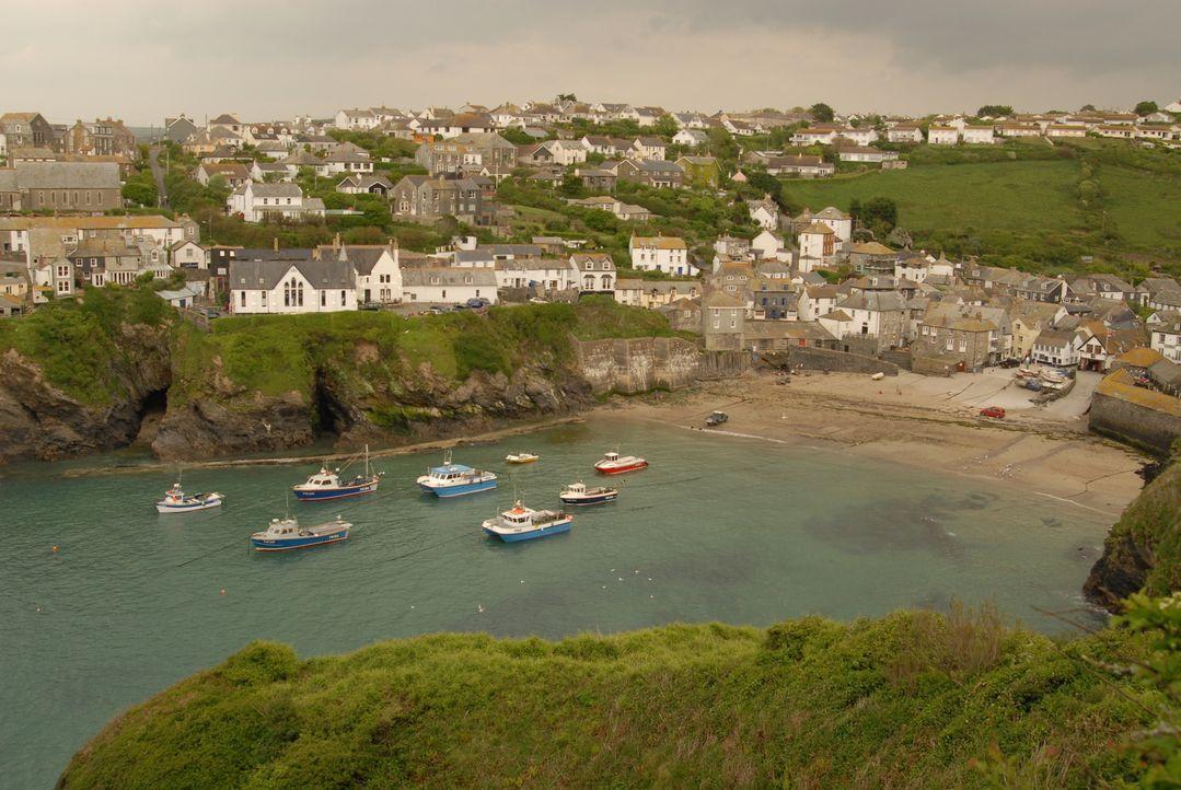 Seit Doc Martins Beschluss wegzuziehen, leidet das Provinznest Portwenn in Cornwall unter einer Ärztin, die sich leider als unfähig erweist ... - Bildquelle: BUFFALO PICTURES/ITV