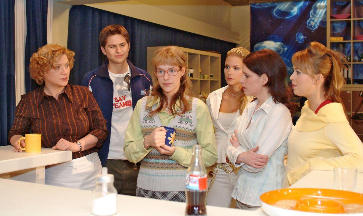 Lisa (Alexandra Neldel, 3.v.l.) klärt die verblüfften Kollegen Agnes (Susanne Szell, l.), Timo (Matthias Dietrich, 2.v.l.), Sabrina (Nina-Friederike... - Bildquelle: Monika Schürle Sat.1