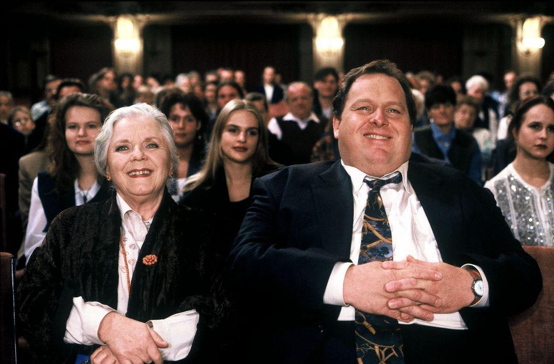 Benno Berghammer (Ottfried Fischer, r.) und seine Mutter Resi (Ruth Drexel, l.) freuen sich auf die Vorstellung des Tourneetheaters in Bad Tölz. Doc... - Bildquelle: Magdalena Mate Sat.1