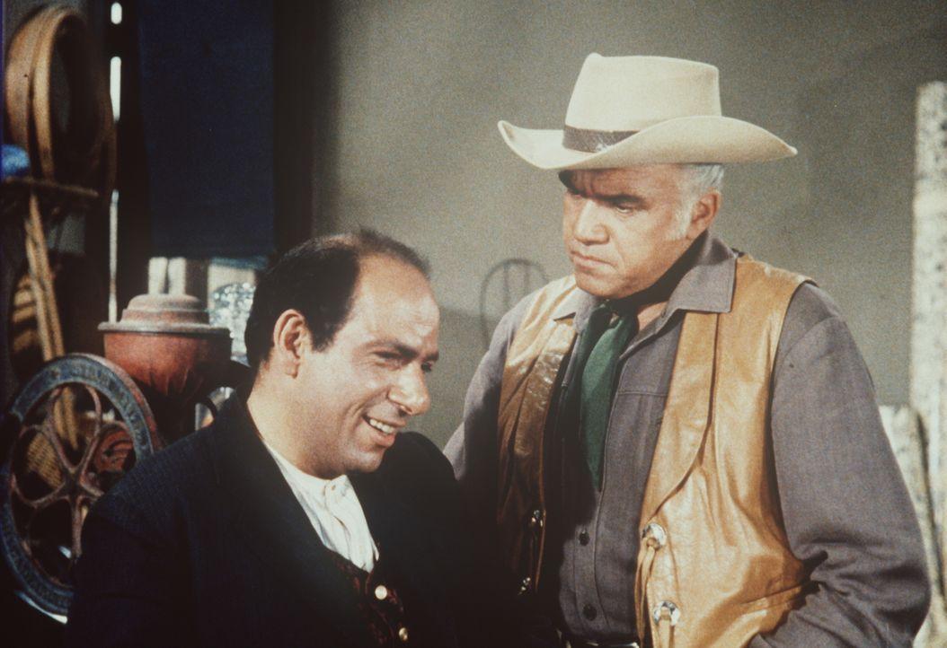 Ben Cartwright (Lorne Greene, r.) ahnt, dass sich hinter Clarence Bollings (Herschel Bernardi, l.) stets freundlichem Lächeln ein hinterlistiger Pla... - Bildquelle: Paramount Pictures