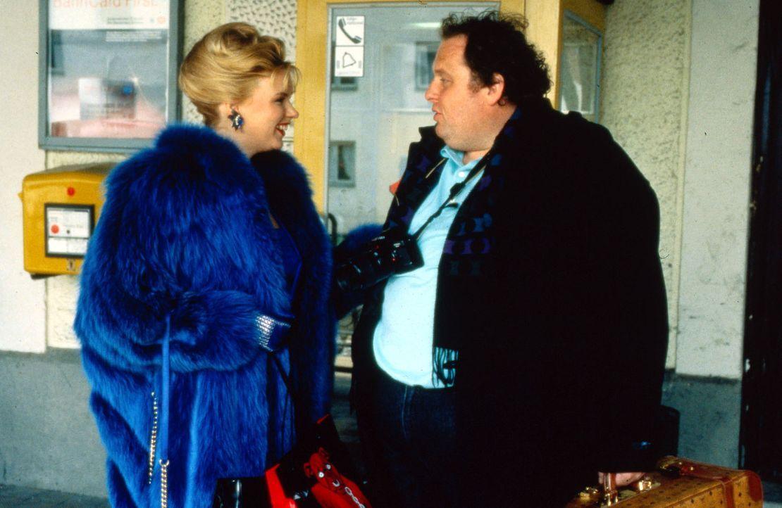 Nachdem Berni (Ottfried Fischer, r.) sich bei Heidi endlich Klarheit verschafft hat, dass Valentin der Hanna nicht untreu war, kann er erleichtert z... - Bildquelle: Conny Klein Sat.1