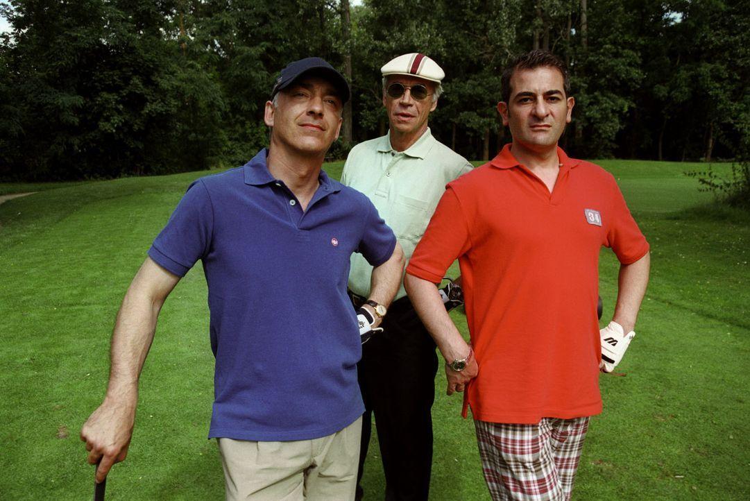 Zu allem Überfluss hat Otto (Hasan Ali Mete, r.) Felix (Christoph M. Ohrt, l.) ein Golfturnier eingebrockt - ausgerechnet mit Rechtsanwalt Kurt Wien... - Bildquelle: Hardy Spitz Sat.1