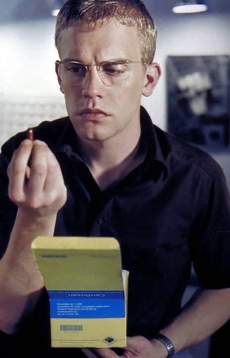 Obwohl der junge Architekt Stefan Schwarz (Sebastian Bezzel) kerngesund ist, entdeckt er täglich neue Symptome prekärer Krankheiten ... - Bildquelle: Kaysser ProSieben