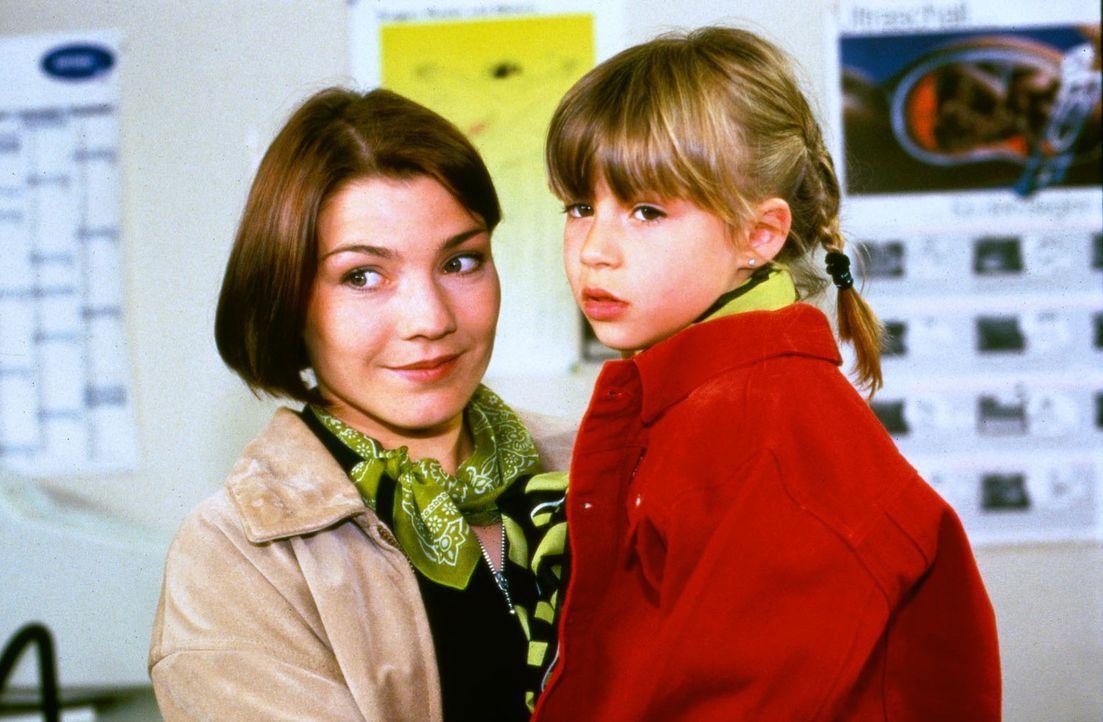 Stephanie (Claudia Schmutzler, l.) hat für ein paar Tage ihre kleine Nichte Liska (Maxime Foerste, r.) zu Besuch. Als plötzlich der Vater des Kind... - Bildquelle: Noreen Flynn Sat.1