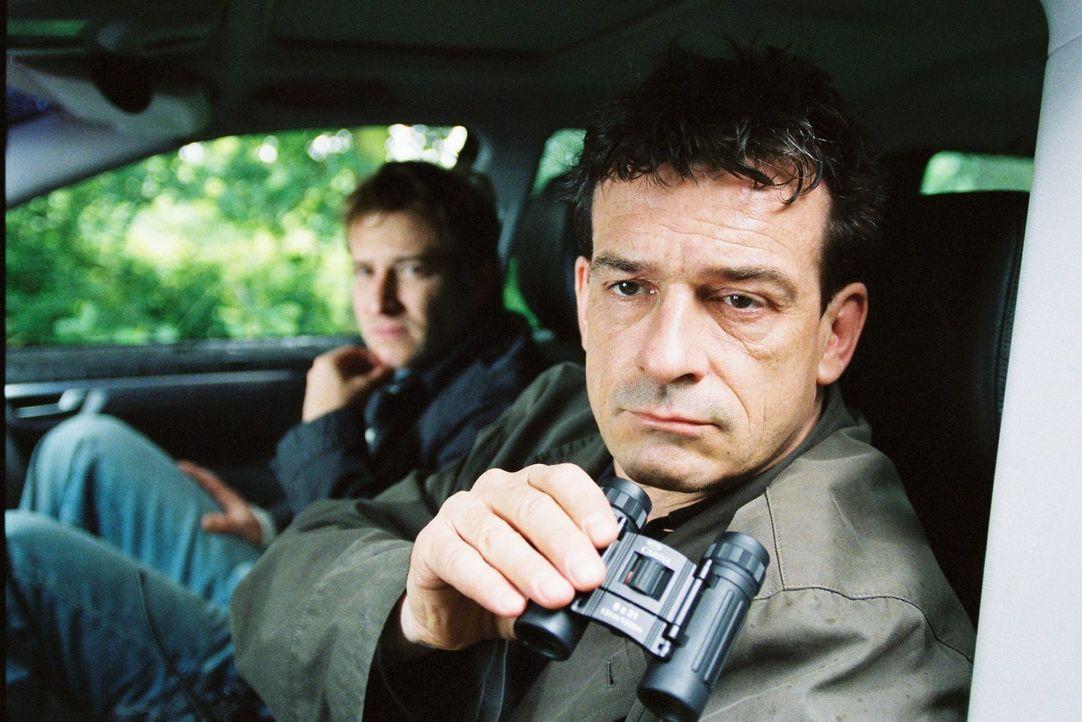 Zier (Niels Bruno Schmidt, l.) und Steiner (Thomas Sarbacher, r.) beobachten, wie die Geschäftspartner sich von Wuttke verabschieden. - Bildquelle: Martin Kurtenbach Sat.1