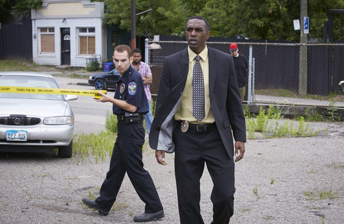 Detective Tim Hightower (Anson Henry, r.) wird zu einem Tatort gerufen, an dem die Leiche der Country-Sängerin Melissa Haferman aufgefunden wurde. W... - Bildquelle: Ian Watson Cineflix 2014