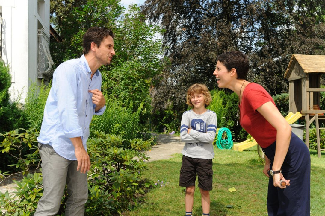 Seit dem Tod seiner Frau, ist Peter (Oliver Mommsen, l.) zum brummigen Eigenbrötler geworden. Sein Sohn Jan (Max Boekhoff, M.) hat es sich deshalb z... - Bildquelle: Hardy Spitz SAT.1